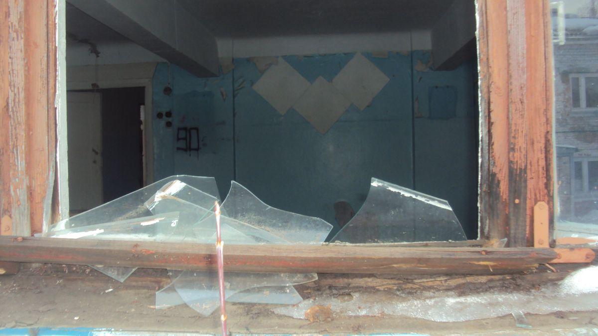 В здании школы не осталось даже стекол. Фото: «ДЕНЬ.org»
