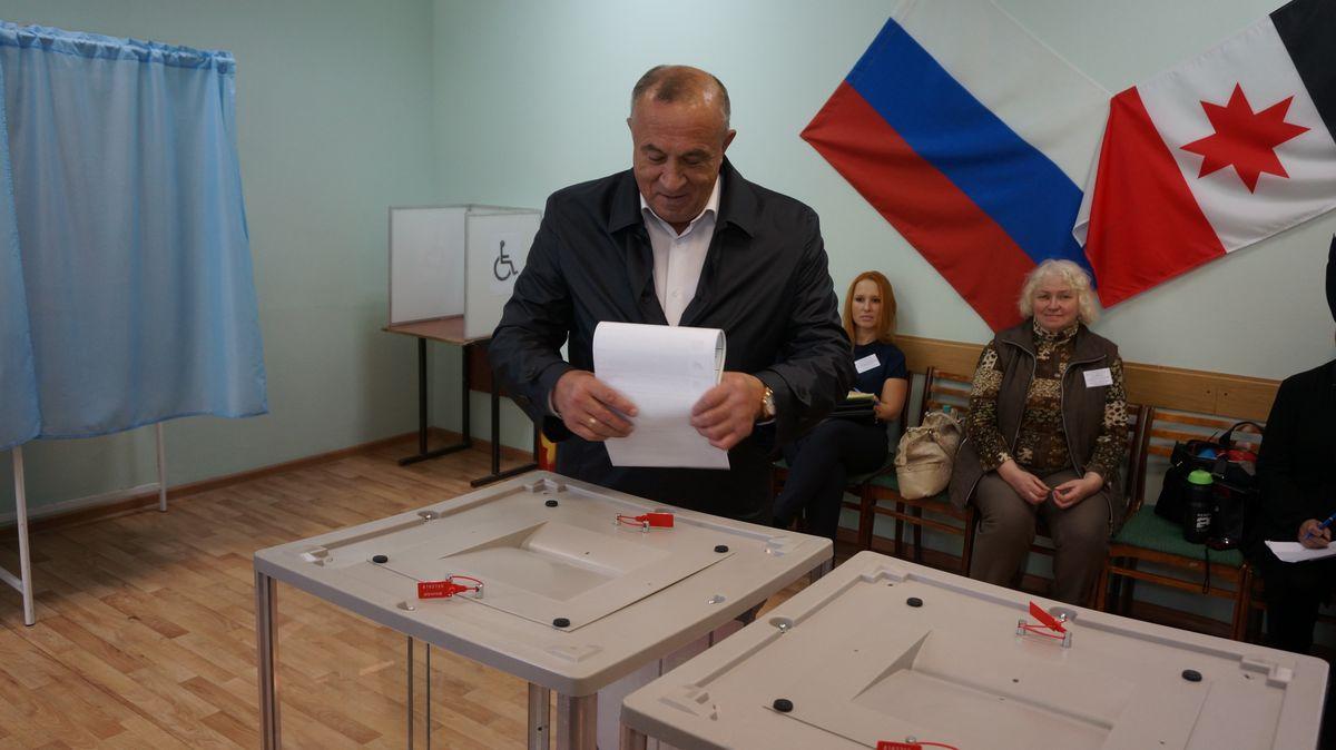 Глава Удмуртии Александр Соловьев обычно голосует на выборах на участке во втором корпусе УдГУ. Фото: © «ДЕНЬ.org»
