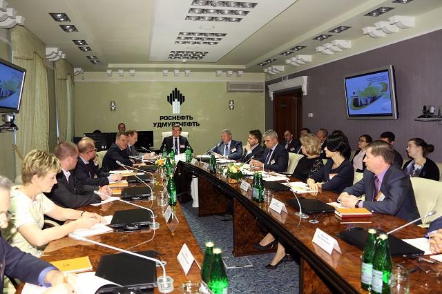 Представители правительства в гостях у крупнейшего налогоплательщика. Фото: udmurtneft.ru
