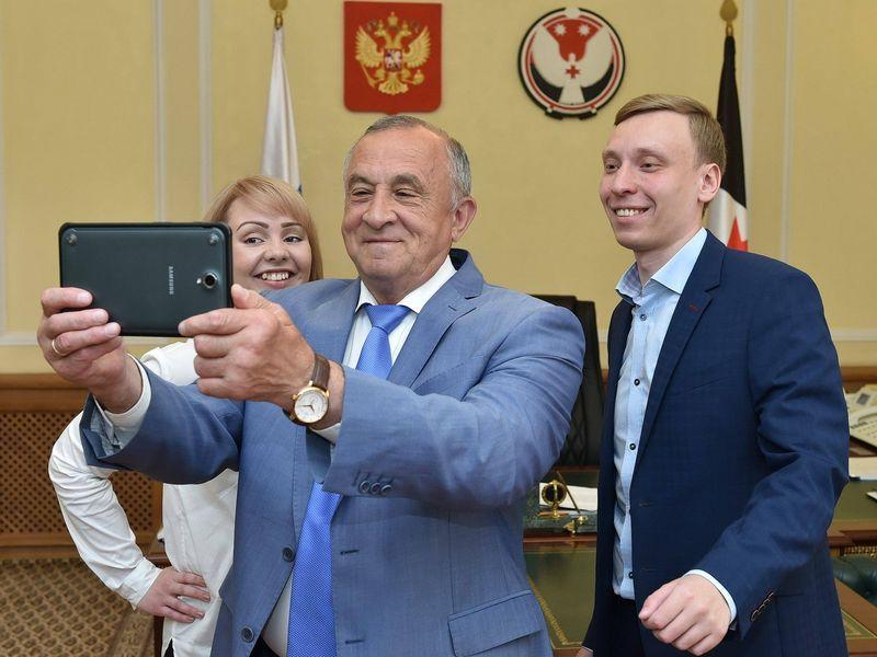 Селфи для страницы в «ВКонтакте» с журналистами С.Федотовым и Ю. Каменской. Фото: пресс-служба главы и правительства УР