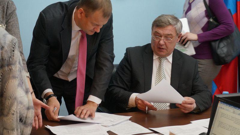 Глава Ижевска и председатель Гордумы подписывают проект реорганизации медучреждений Ижевска. Фото: © «ДЕНЬ.org»