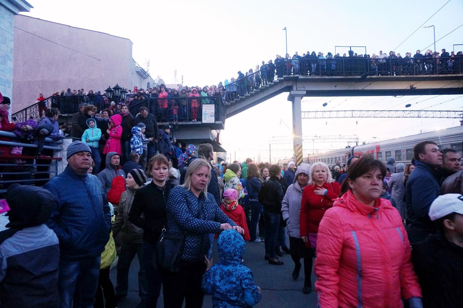 Люди в ожидании поезда Победы. Фото ©День.org