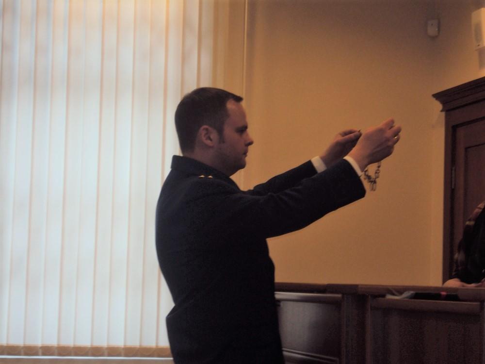 Малыгин показывает присяжным ожерелье. Фото: ©«ДЕНЬ.org»
