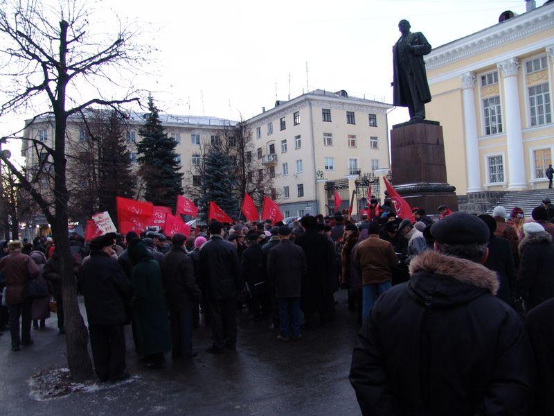 На это 7 ноября у памятника Ленину будет на одного секретаря меньше. Фото ©архив газеты «День»