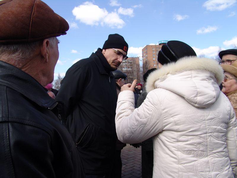Нелицеприятные диалоги на площади. 11 апреля 2009 года. Фото из архива ©газета «День»
