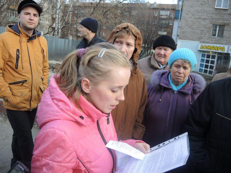 Сбор подписей под обращением к руководству города и республики. 23 апреля 2015 г. Фото Юлии Сунцовой.