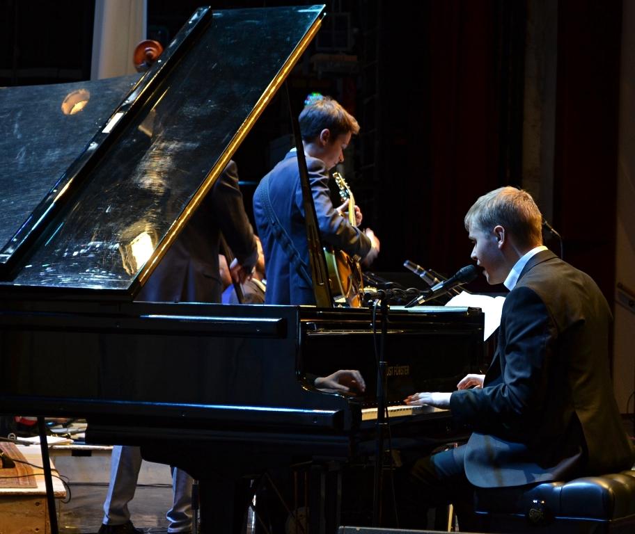 За инструментом Олег Аккуратов одинаково хорошо чувствует себя в классике и джазе. Фото: Александр Поскребышев