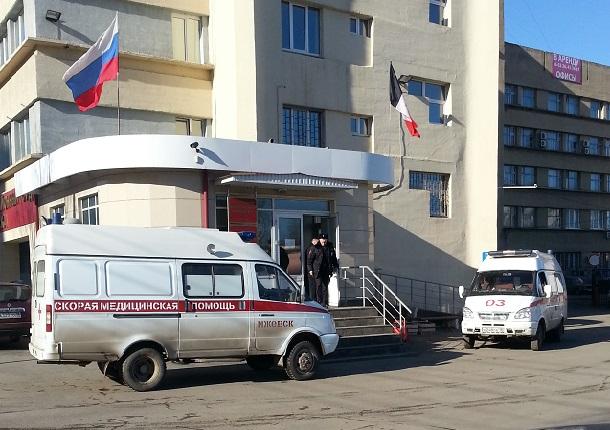 """Две кареты """"скорой помощи"""" у здания Индустриального суда г. Ижевска"""