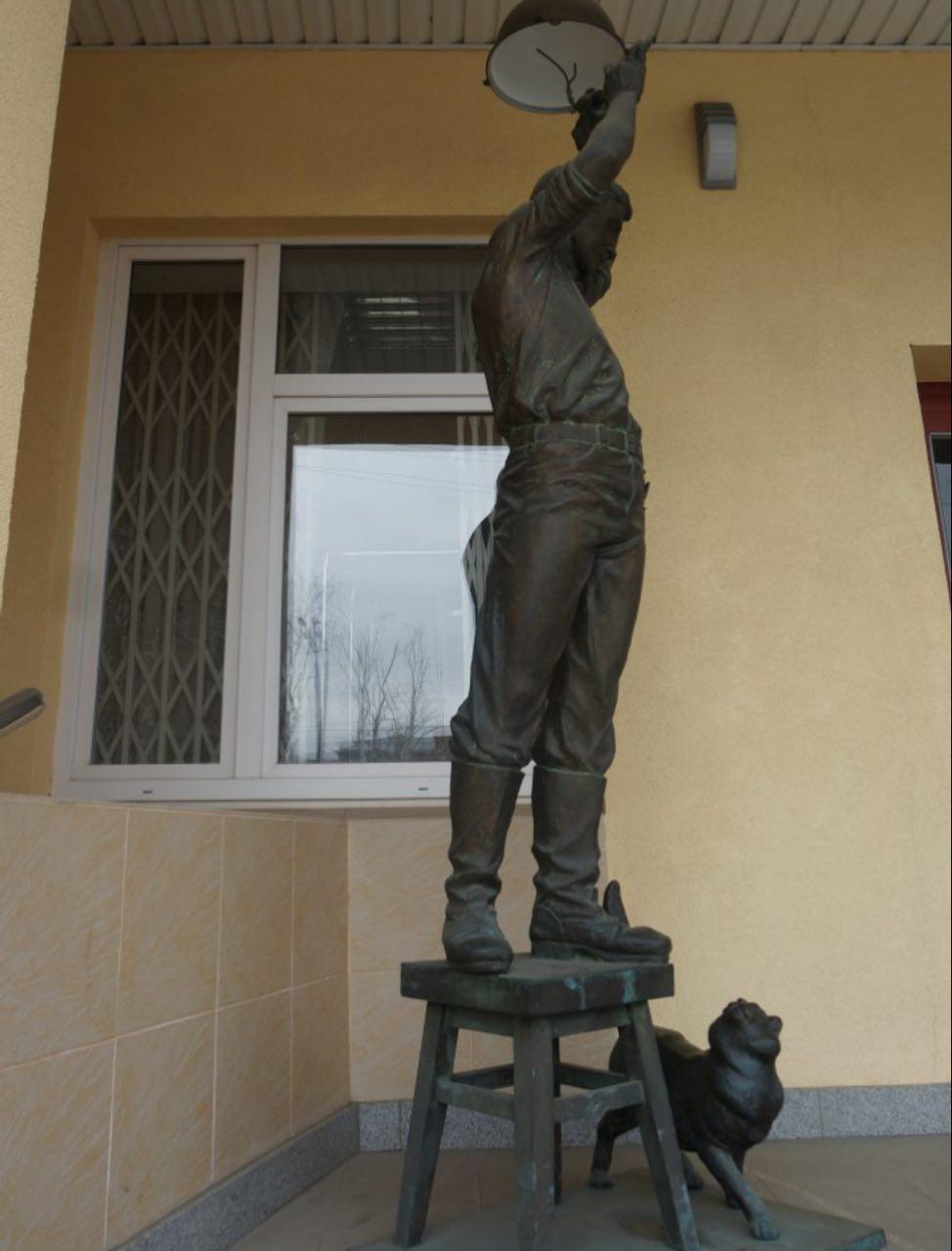 Скульптура электрика с котом, возможно, тоже уже продана, как электросетевое имущество. Фото «День.org»