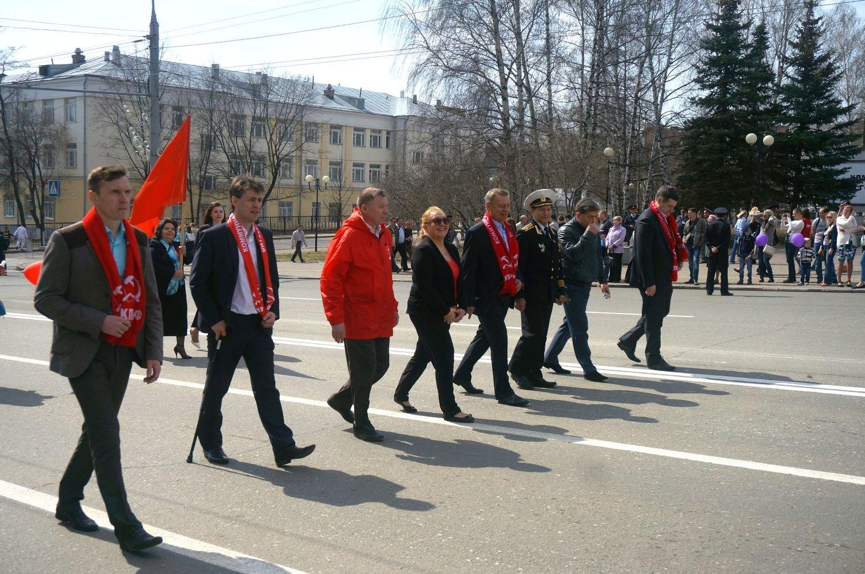 Колонна КПРФ на Первомайской демонстрации. Владимир Бодров - в центре в красной куртке. Вдадимир Чепкасов - крайний справа. Фото ©День.org