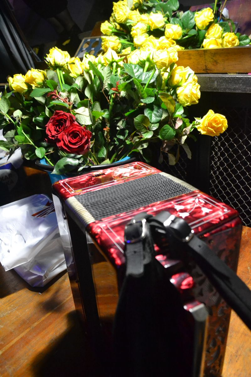 Баян еще ярче играет там, где артистам дарят розы. Фото: Александр Поскребышев