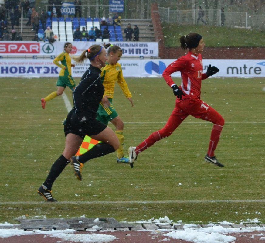 Рассудить женский футбол в основном назначают тоже женщин (на фото эпизод, в котором Дарья Апанащенко устремилась забивать четвертый гол). Фото: Александр Поскребышев