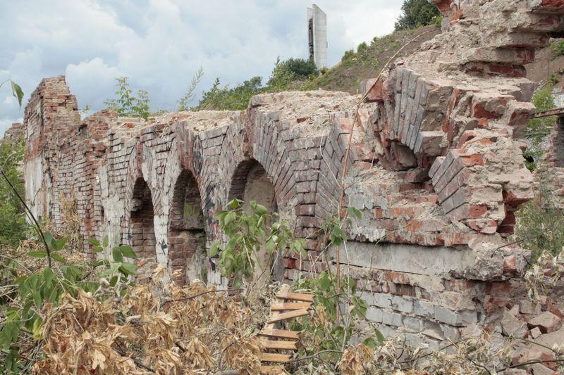 Так выглядели живописные руины старого Ижевска на набережной пруда в июле 2009 года. Проще всего было сравнять их с землей и разбить газон. Теперь есть надежда, что с центром Ижевска начнут обходиться бережнее. Фото: © архив газеты «День»