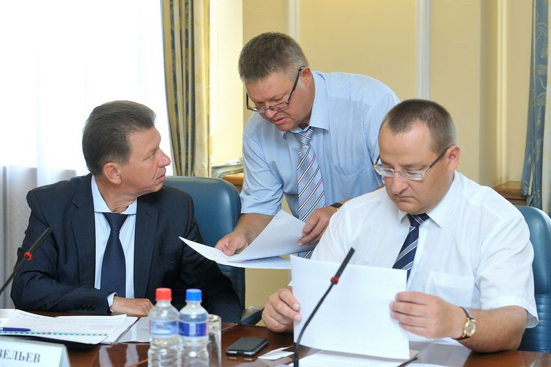 За секвестр всегда будет кому ответить. На фото премьер Виктор Савельев, министр экономики Михаил Зайцев и министр финансов Станислав Евдокимов.
