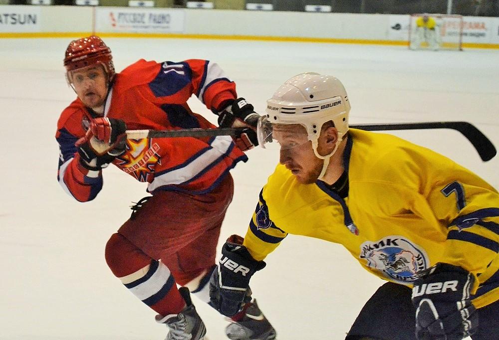 Антон Сизов на льду в красной форме. Фото: Николай Польчёнок