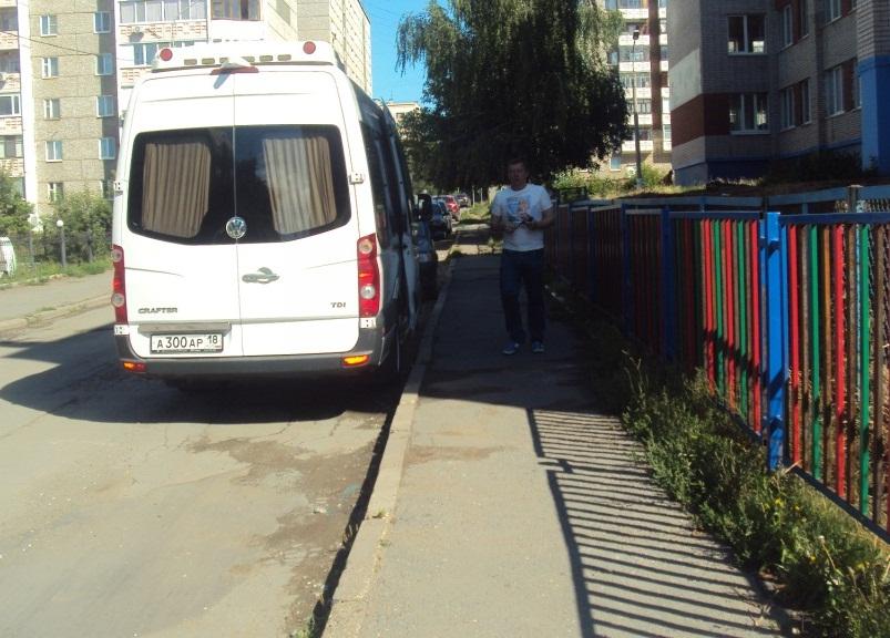 Тротуар, где хотят сделать ограждения. Фото: © «ДЕНЬ.org»