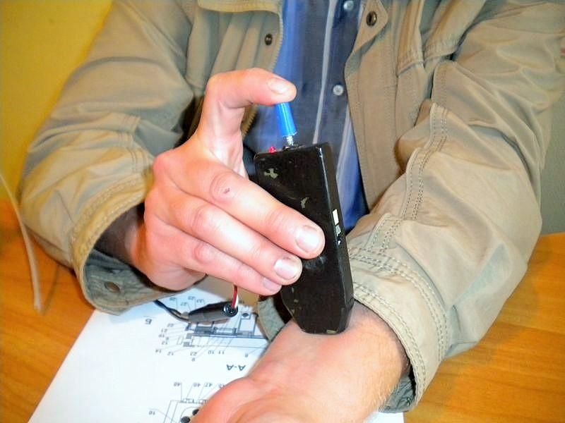 С помощью маркера ставим точку на обнаруженной вене, куда можно делать инъекцию. Фото ©День.org