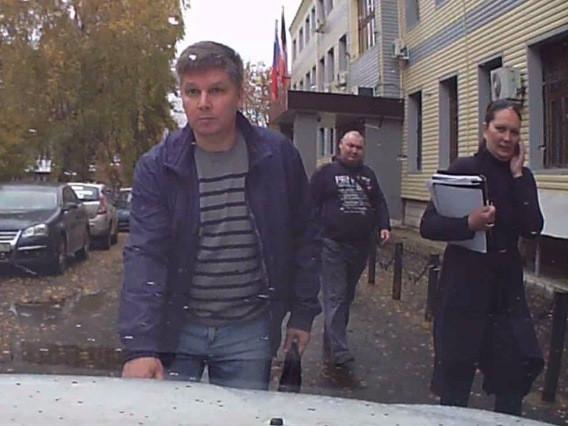 """Тот самый Эдуард Мустафин только уже возле Устиновского районного суда Ижевска после другого дела сам, якобы пытался спровоцировать инцидент. Фото предоставлено одной из его """"жертв"""". 1 октября 2014 г."""