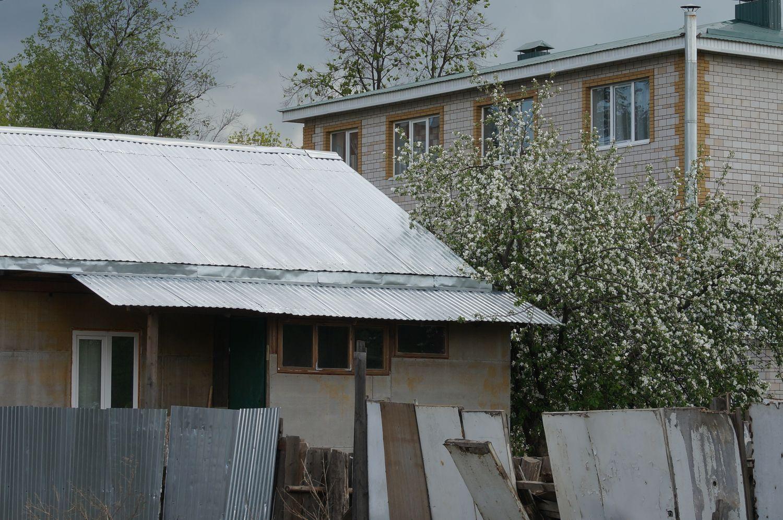 ул. Красноармейская. Малоэтажка и частный дом - за одним забором.©День.org
