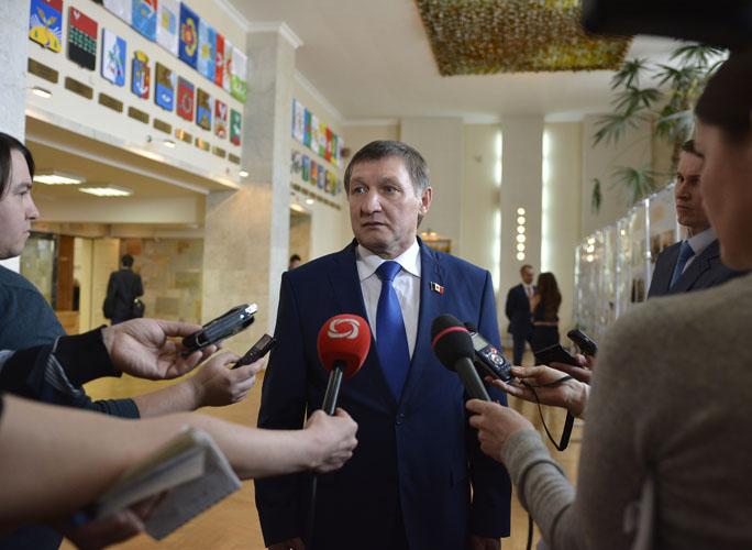 Владимир Невоструев сказал, что депутаты рассмотрят предложение о сокращении своих зарплат
