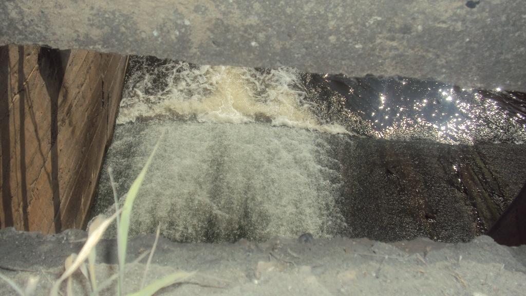 Вода утекает через шлюз в больших количествах. Фото ©«ДЕНЬ.org»