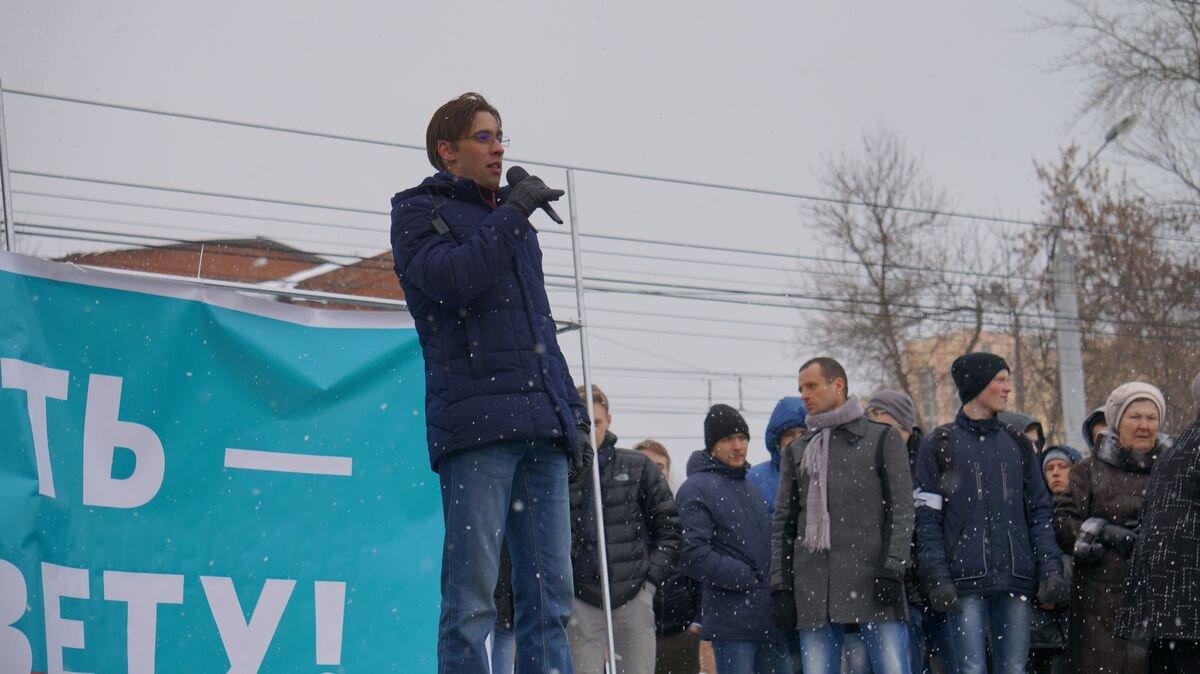 Один из авторов ролика на митинге против коррупции в Ижевске. Фото: © «ДЕНЬ.org»