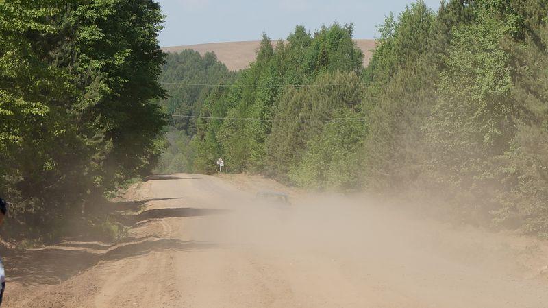 В клубах этой пыли едва угадываются очертания автомобиля.Фото: © «ДЕНЬ.org»