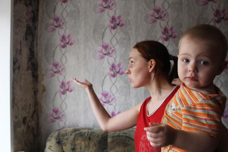 Ремонт в комнате Светлана вместе с мужем сделала пару месяцев назад, но плесень уже повсюду. Фото: © «ДЕНЬ.org»