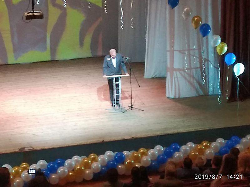 """Председатель АСРО """"Строитель"""" Александр Ходырев читал свое поздравление на Дне строителей при почти пустом зале."""