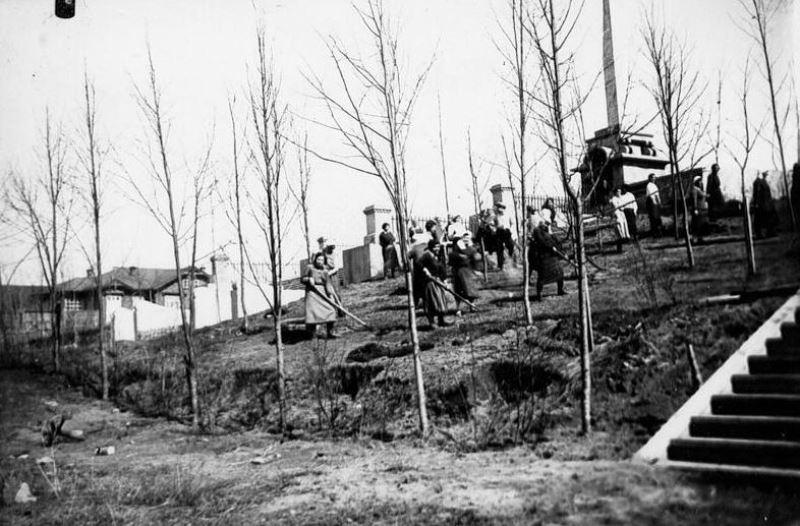 Слева виднеются деревянные дома, в которых жили оружейники. Фото из личного архива краеведа Сергея Жилина