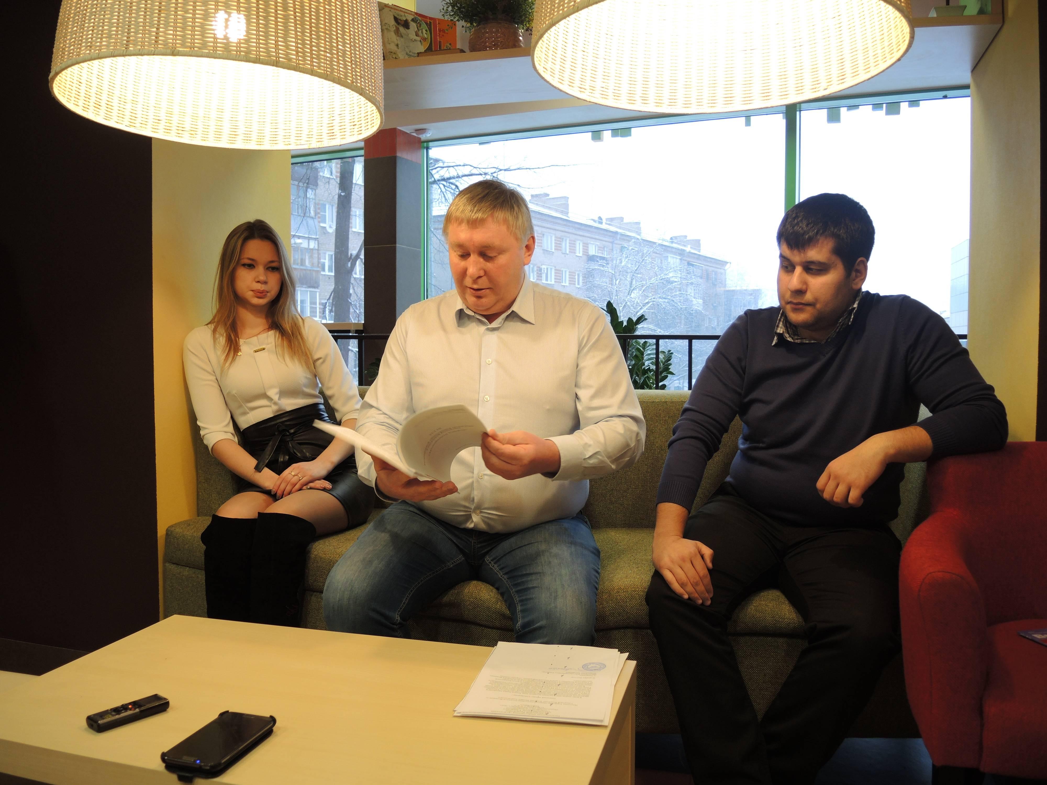 Борис Ломаев пришёл на встречу со СМИ не один, а с помощниками. Фото ©«ДЕНЬ.org»