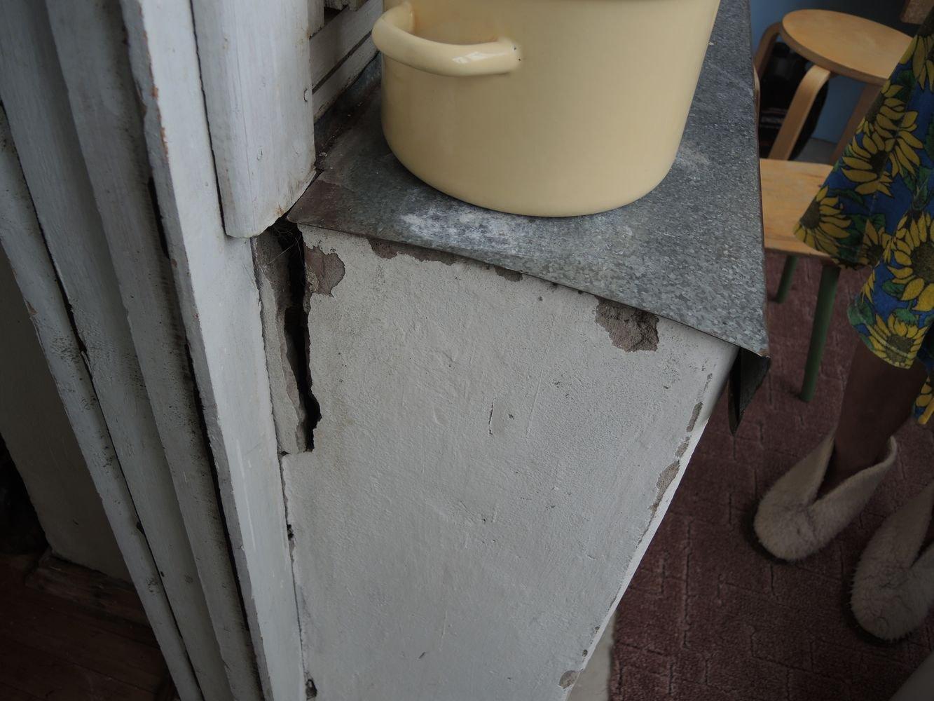 Такая трещина пошла на балконе в доме 9 по ул. Л. Толстого. Фото: ©День.org