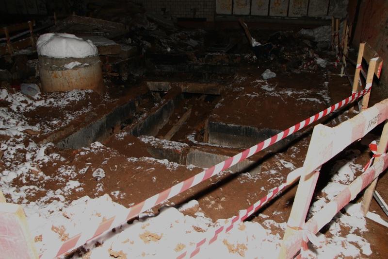 Изначально предполагали, что причина разрушений - утечка воды в этих трубах. Фото: Юрий Чирков.