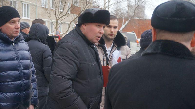 Руководитель УК «Аргон-19» пытался объяснить, почему в подведомственном ему доме три дня не было тепла. Фото: ©«ДЕНЬ.org»