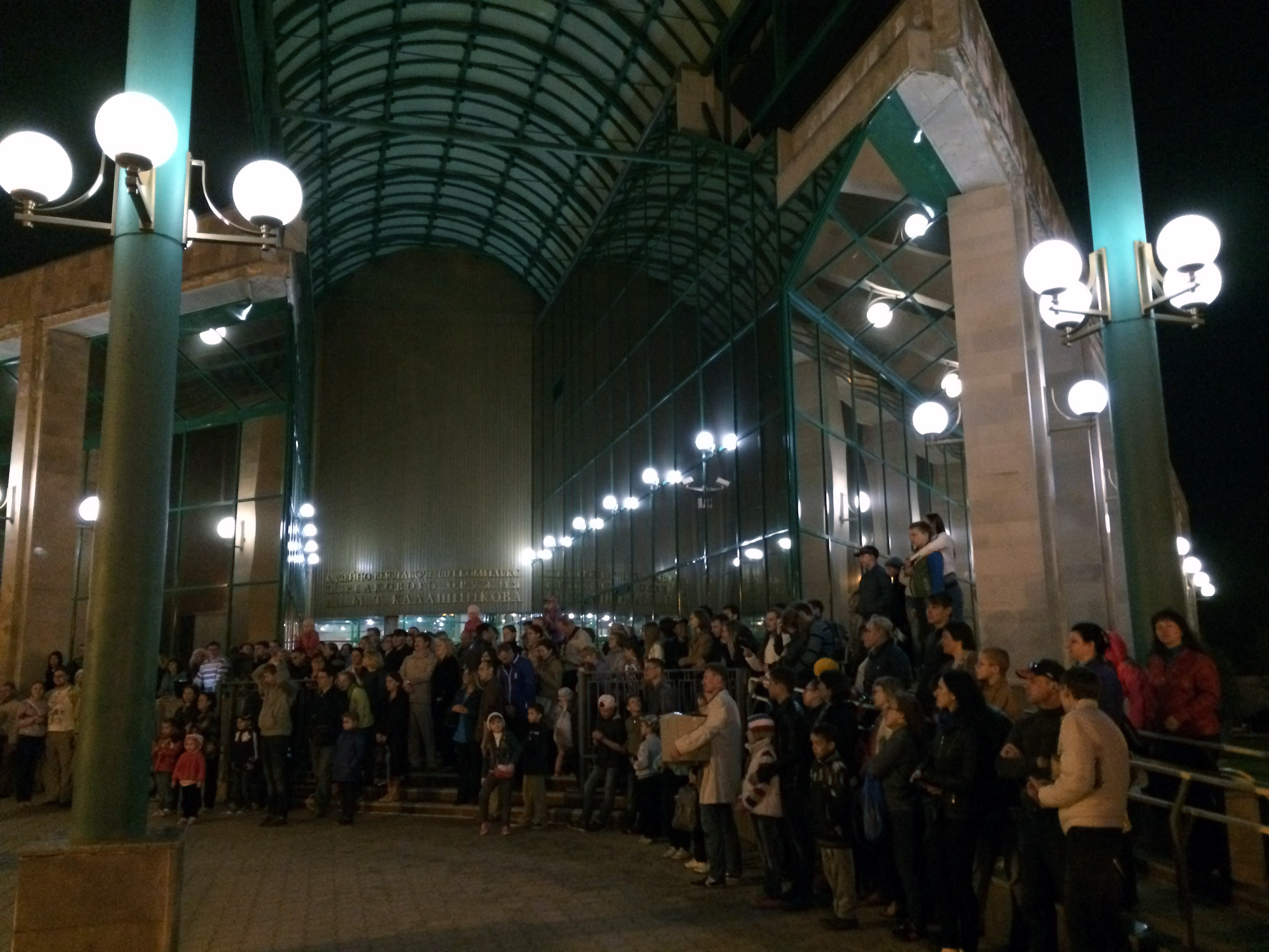 Жители в ожидании фейерверка. Фото ©День.org