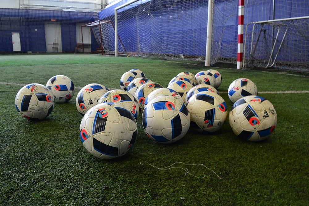 На финише весны в футбольном манеже «Зенита» поменяют искусственный газон. Фото: Александр Поскребышев