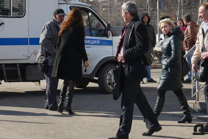 Вышедший из Индустриального суда Ижевска известный предприниматель в сфере ЖКХ Рауф Кутдузов тоже оказался невольным свидетелем следственных действий. 2 апреля 2015 года.