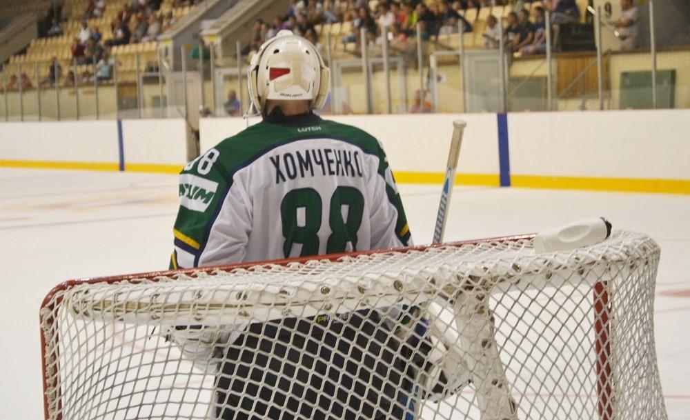 Голкипер Хомченко задавал для атак «сталеваров» сложные задачи. Фото: Александр Поскребышев