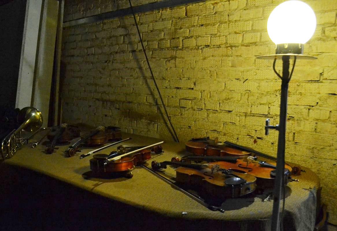 В перерыве между отделениями скрипки дожидались своих хозяев на крышке зачехленного рояля. Фото: Александр Поскребышев
