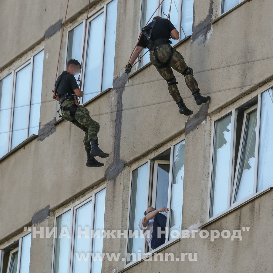 Сотрудники СОБРа спускаются на тросах с крыши. Фото: niann.ru
