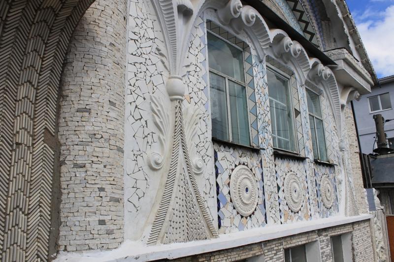 Материалы для облицовки дома Владимир Герасимович «вылавливал» в том числе на местных свалках. Фото: © «ДЕНЬ.org»