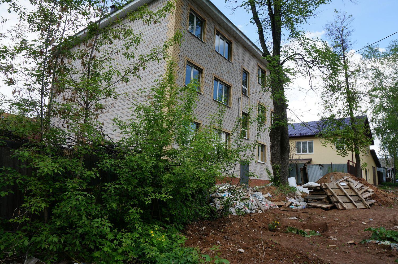 Ул. Шумайлова. Мусор, оставшийся после строительства, месяцами лежит перед домом. ©День.org