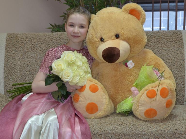 Варваре Кутузовой после исполнения концерта Моцарта подарили не только цветы, но и огромного медведя. Фото: Александр Поскребышев