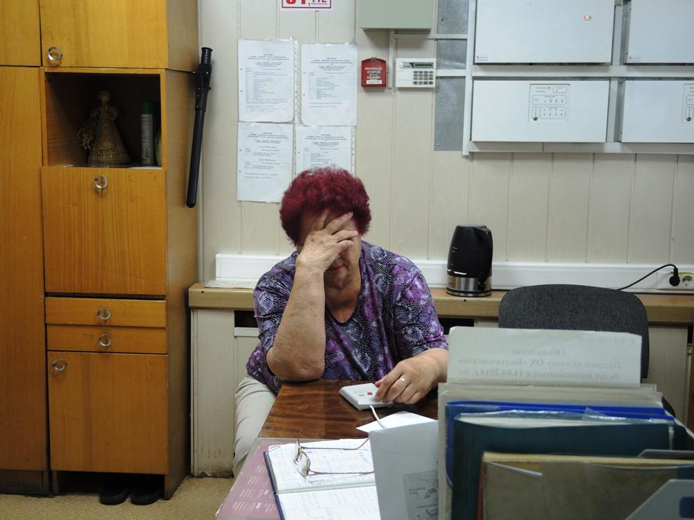Вахтерша в Минсельхозе на происходящее просто закрывает глаза. Фото ©День.org