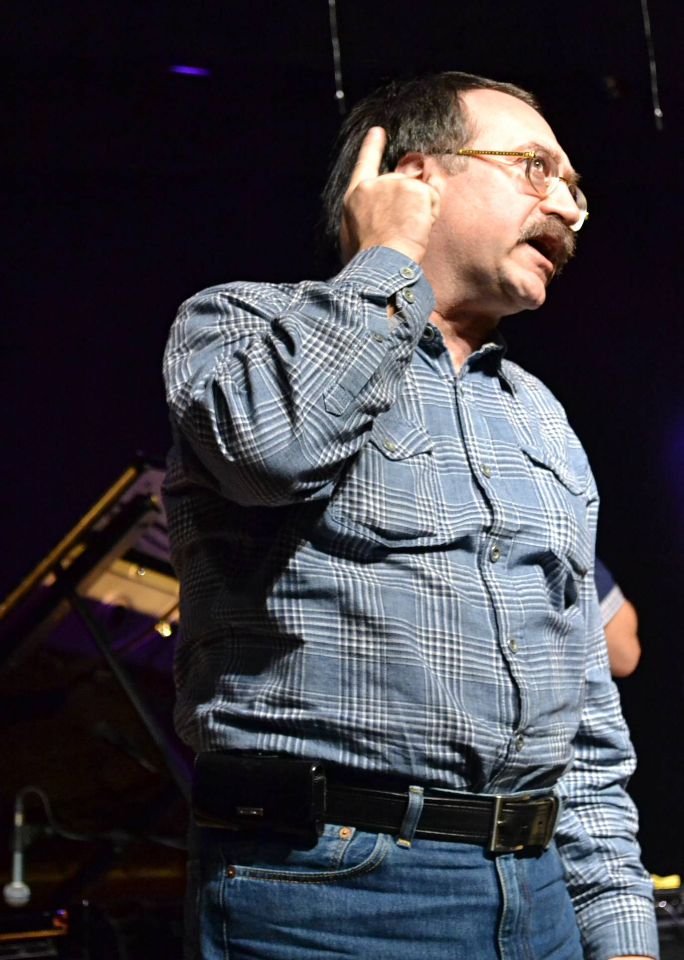 Даже на репетициях Даниил Крамер держит востро свой абсолютный слух. Фото: Александр Поскребышев