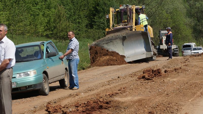Сейчас выделенных денег хвататет только на выравнивание обочин дороги, чтобы вода с нее стекала в кювет. Фото: © «ДЕНЬ.org»