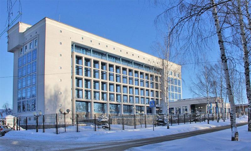 Здание республиканской налоговой выглядит намного солиднее офиса Пенсионного фонда — ей и рулить. Фото: olg.r18.nalog.ru