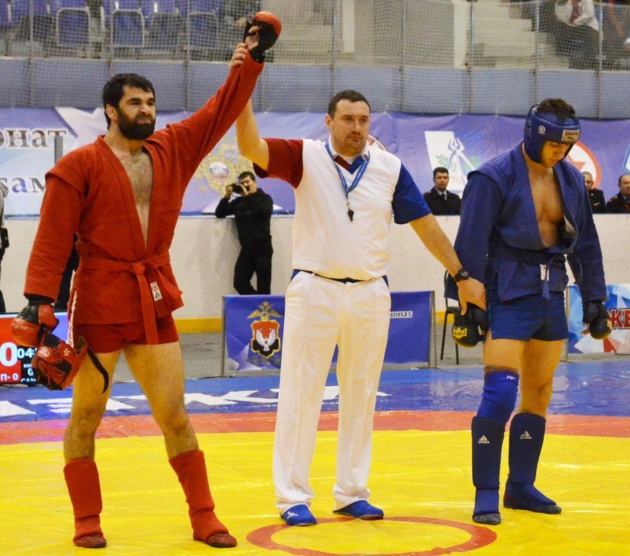Мурат Гугов (слева) — победитель в весовой категории 100 кг. Фото: Александр Поскребышев