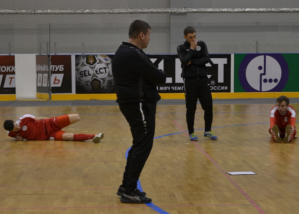 Игорь Путилов и его помощник Ренат Касимов думают, что через минуту они скажут своим футболистам. Фото: Александр Поскребышев