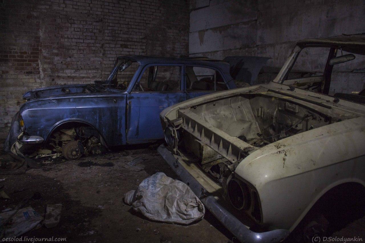 Москвичи в заброшенном военкомате. Фото Дмитрия Солодянкина